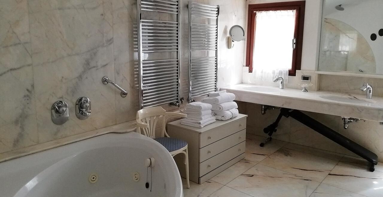 Il bagno dell'appartamento vacanze dell'Hotel Metropole a Venezia.