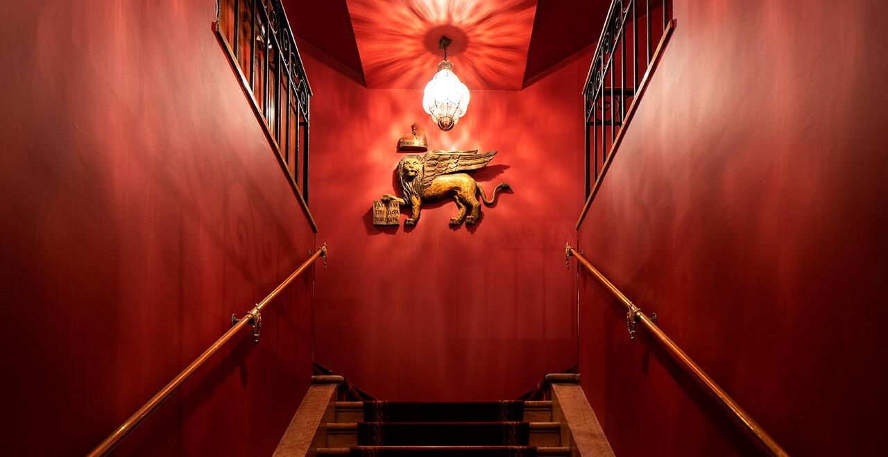 La scalinata dell'Hotel Metropole a Venezia.