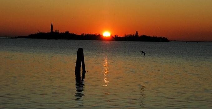 Vista panoramica dell'Hotel Metropole del tramonto di Venezia
